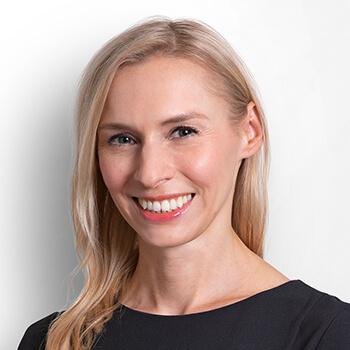 <strong><span>Theresa Böhler</span> LLB</strong><br>Rückt die Innovationskraft, die Flexibilität und die Kompetenz sowie die maßgeschneiderten Lösungen des Unternehmens in den Vordergrund.